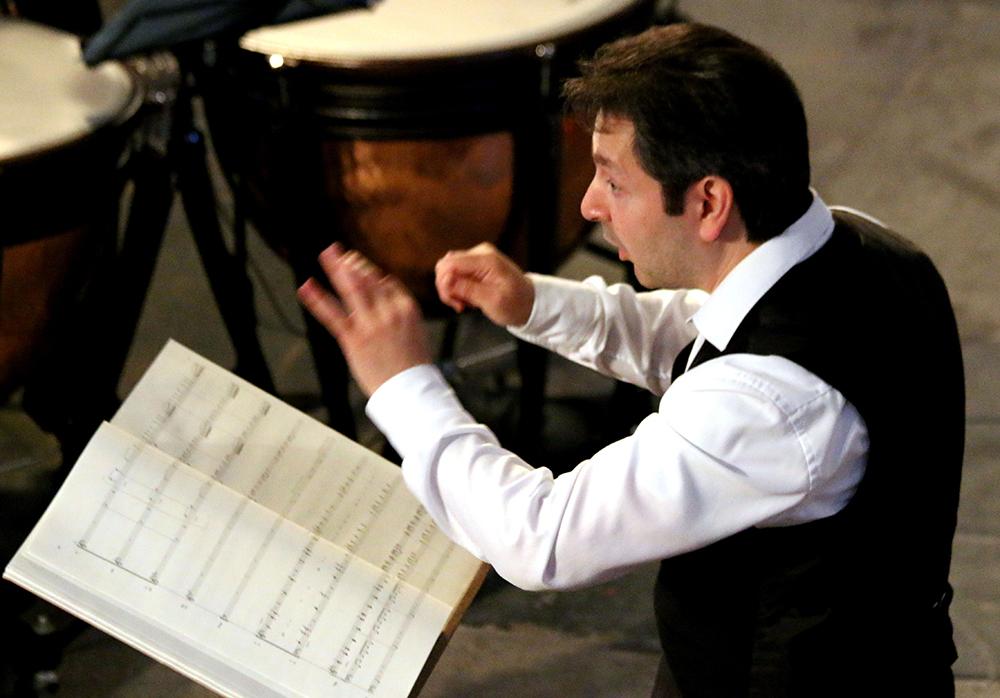 Dirigent-Ilia-Belianko-van-het-Hineni-Symfonie-Orkest